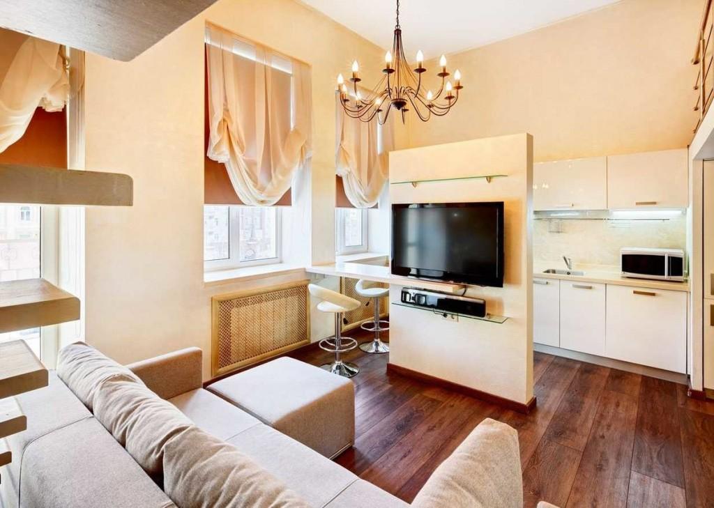 Телевизор на специальной стойке между кухней и гостиной