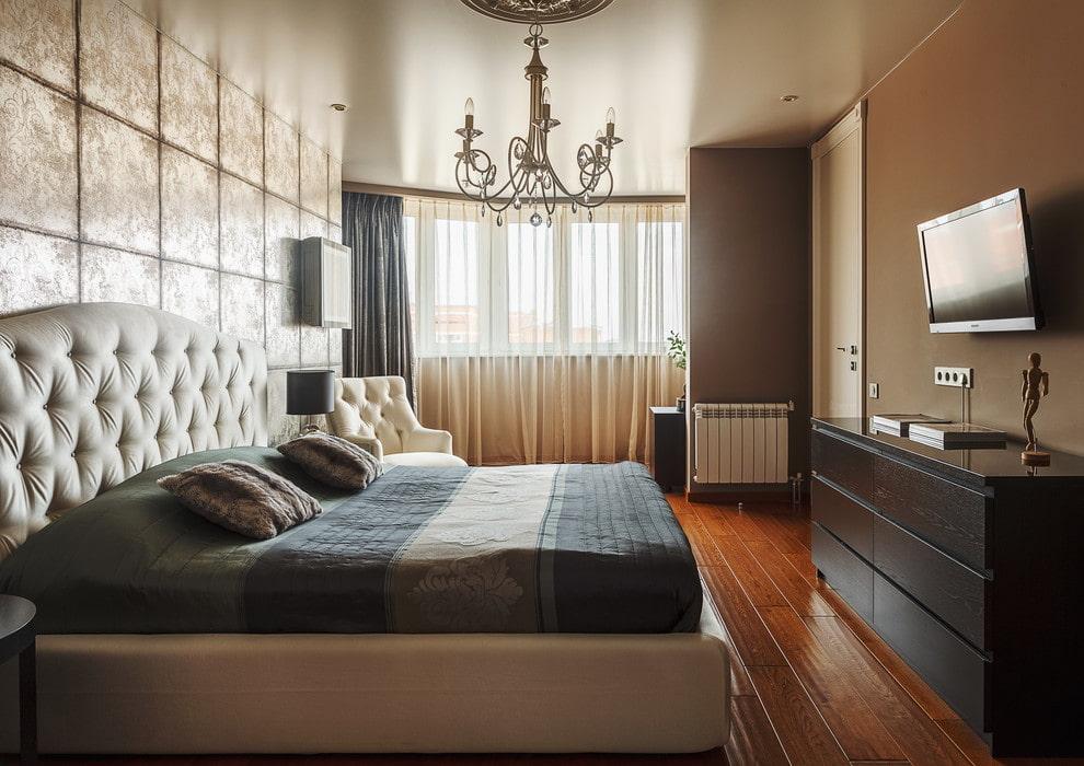 Лакированные доски на полу спальной комнаты