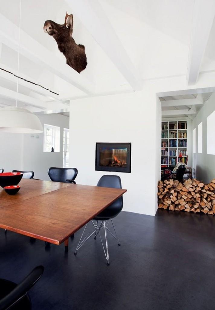 Поленница дров в гостиной с темным полом