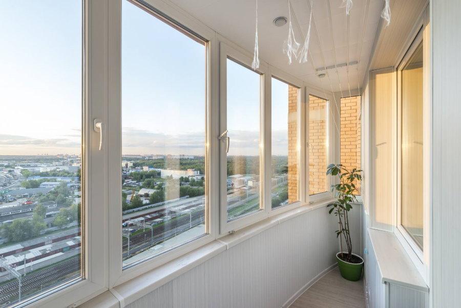 ПВХ-окна с энергосберегающими стеклопакетами на узком балконе