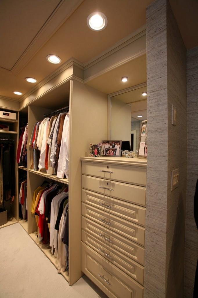 Освещение небольшой гардеробной встроенными светильниками