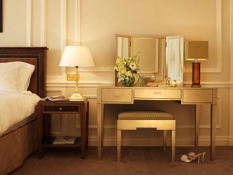 Лаконичная модель туалетного столика в спальне