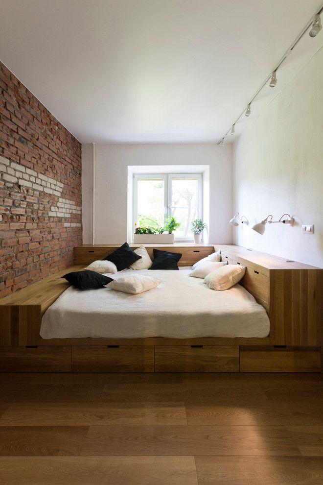 Подиум из дерева в маленькой комнате
