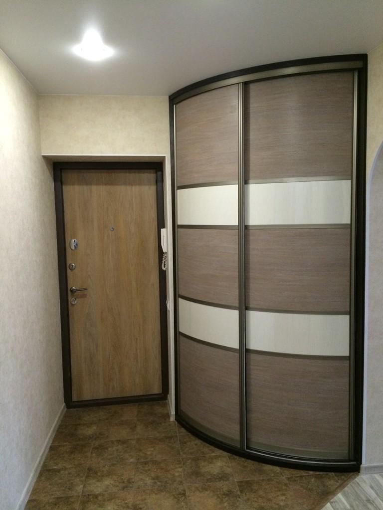 Угловой встроенный шкаф радиусного типа