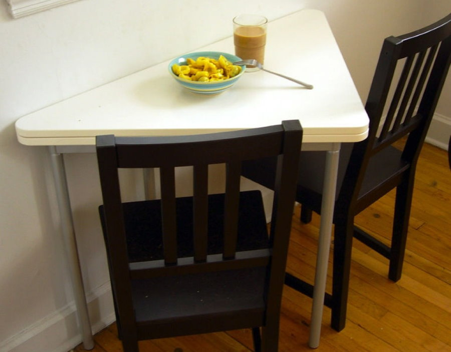 Треугольный столик белого цвета на лоджии