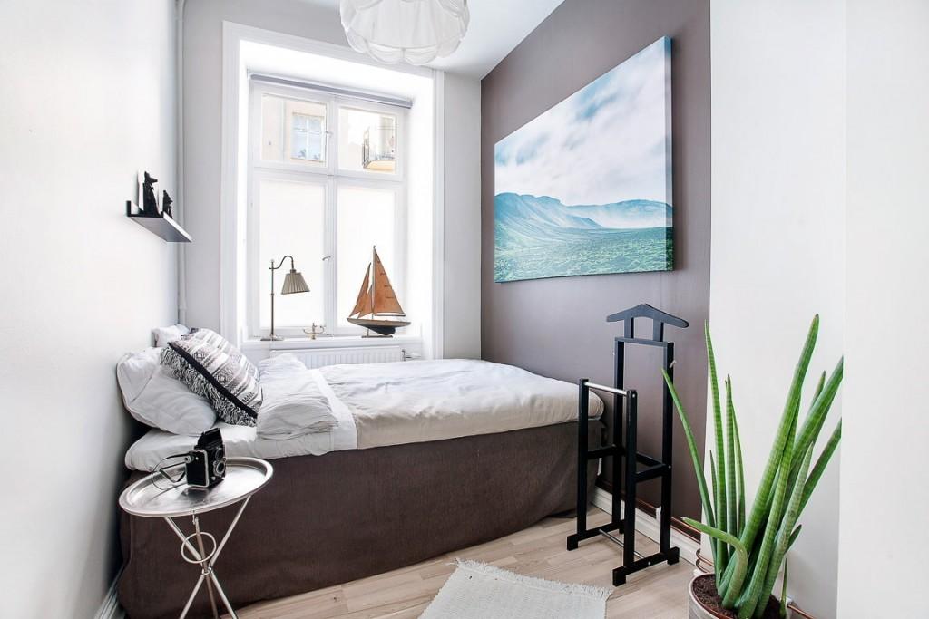 Отделка стен узкой спальни в контрастные оттенки