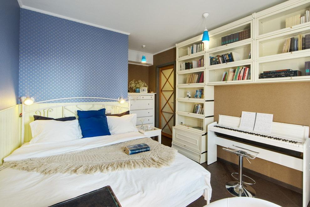 Узкая мебель вдоль длинной стены узкой спальни