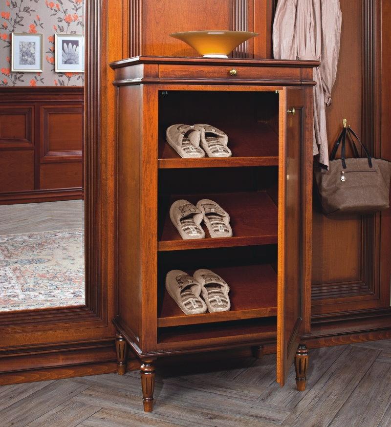 Деревянная обувница с распашной дверцей