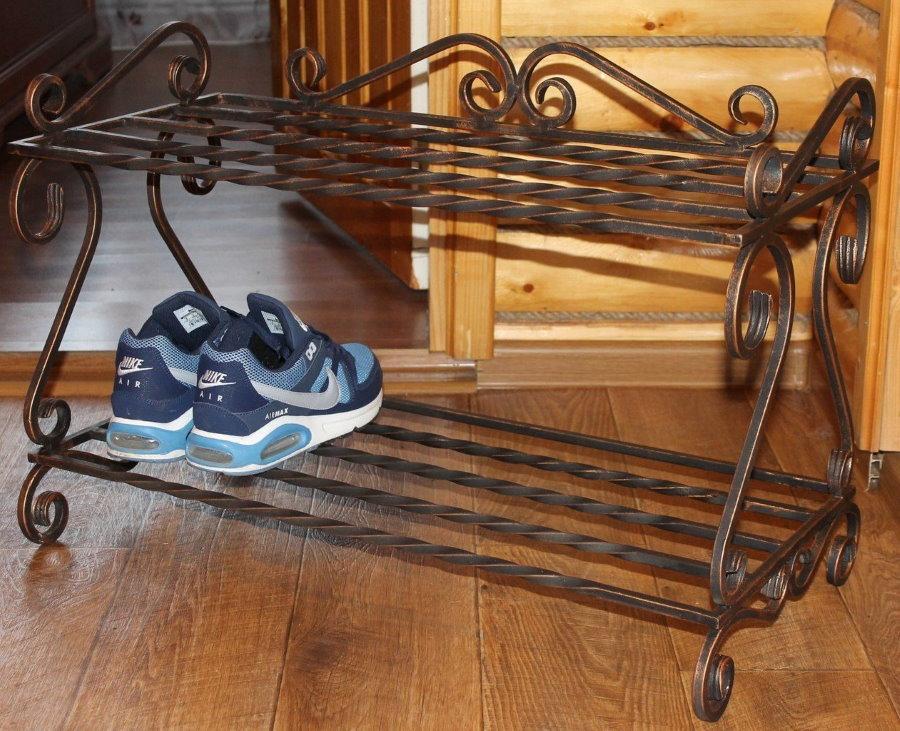 Кованная обувница в прихожей деревянного дома