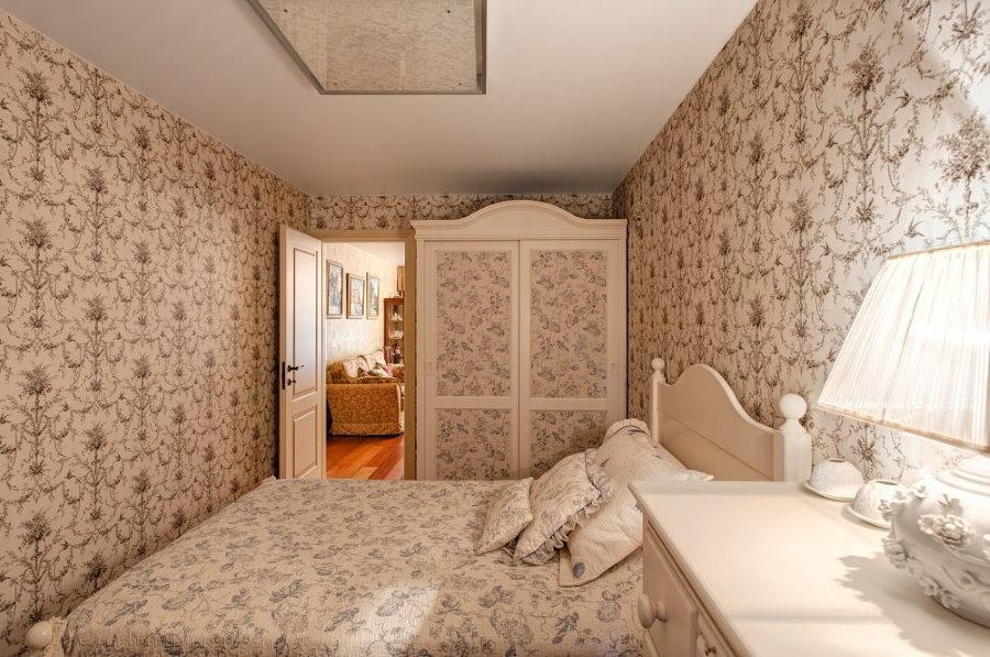 Подбор обоев под покрывало на кровати в крохотной спальне