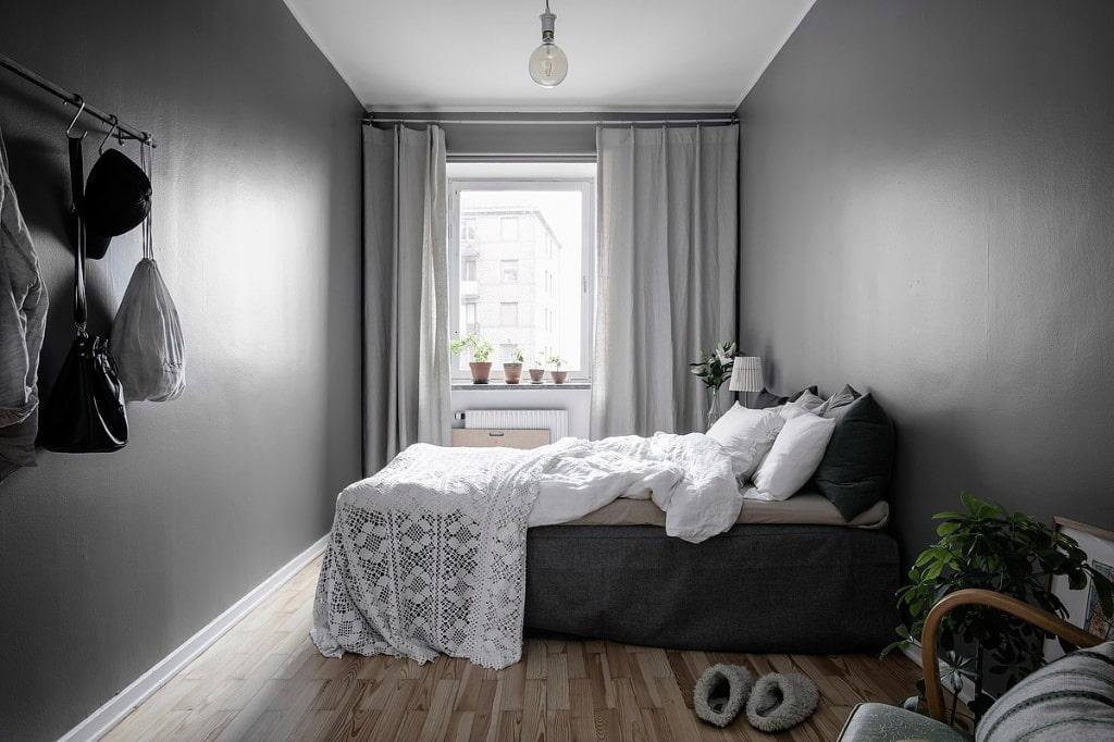 Серые стены в небольшой спальни вытянутой формы