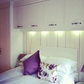 Подвесные шкафы над спинкой кровати