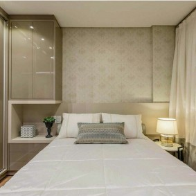 Мебель с глянцевыми фасадами в маленькой спальне