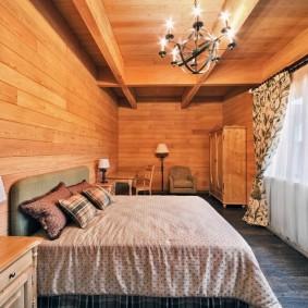 Деревянная отделка длинной спальни