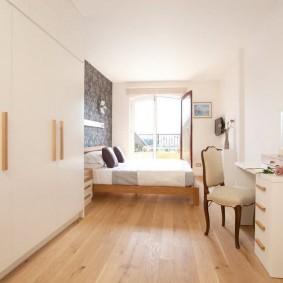 Вытянутая спальня с белой отделкой