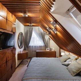 Декор рейками потолка спальни в мансардном помещении
