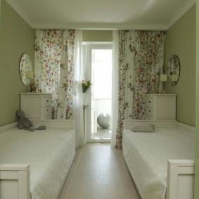 Узкая спальня для двоих детей