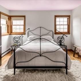 Узкая лавочка вдоль стены в спальне
