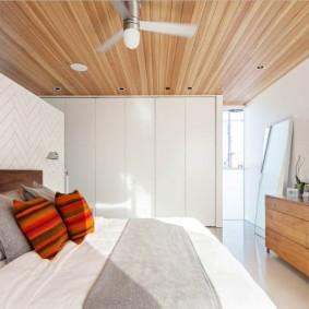 Деревянная отделка спальне небольшой площади