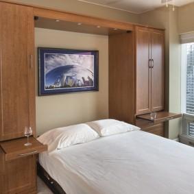 Выдвижные столики в шкафах около кровати