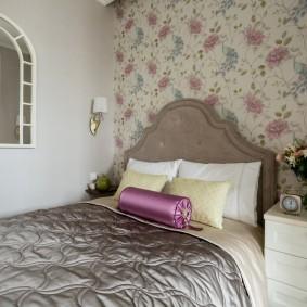 Цветочные обои на стене за спинкой кровати