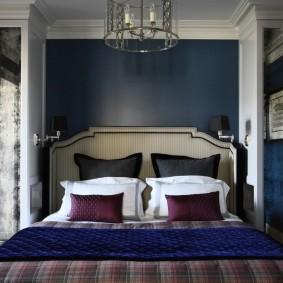 Темно-синяя стена в спальне хрущевки