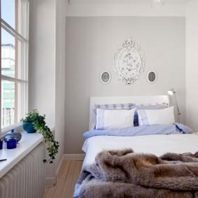 Светлая спальня с большим окном