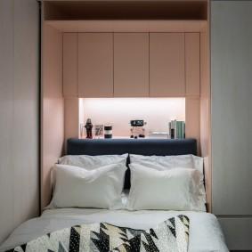 Ниша с подсветкой за спинкой кровати