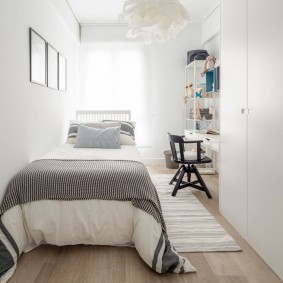 Узкий коврик в проходе между стеной и кроватью