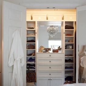 Встроенный гардероб в маленькой спальне