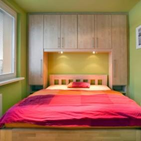 Красное одеяло в комнате с зелеными стенами