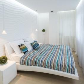 Объемные панели на стене узкой спальни