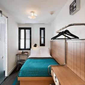 Открытая вешалка в маленькой спальне