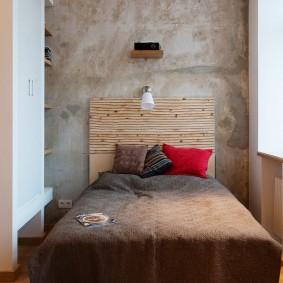 Узкая комната с высоким потолком