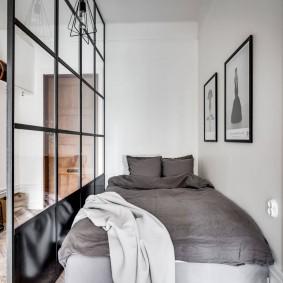 Спальное ложе за стеклянной перегородкой