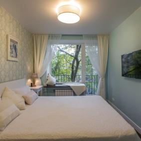 Вытянутая спальная комната с балконом