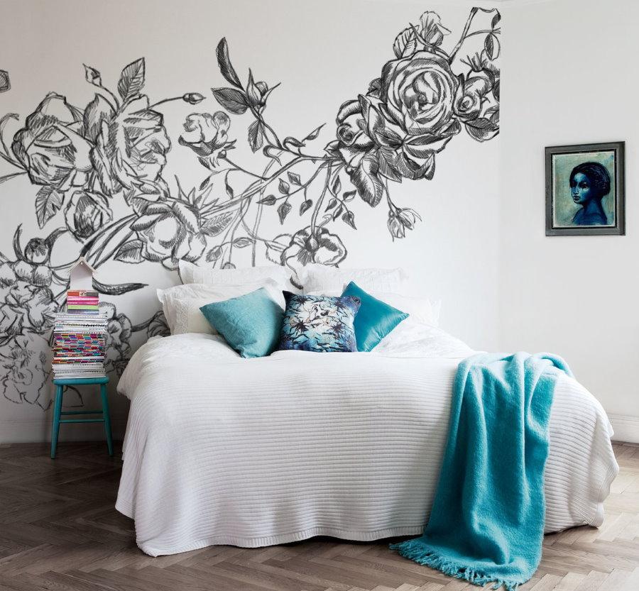 Монохромный рисунок над кроватью в спальне