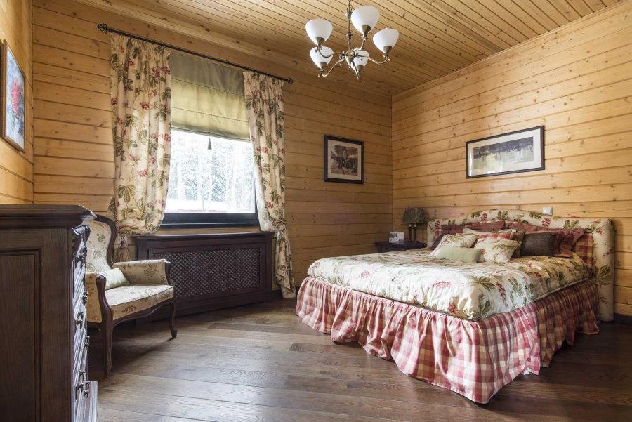 Интерьер спальной комнаты в квартире с вагонкой