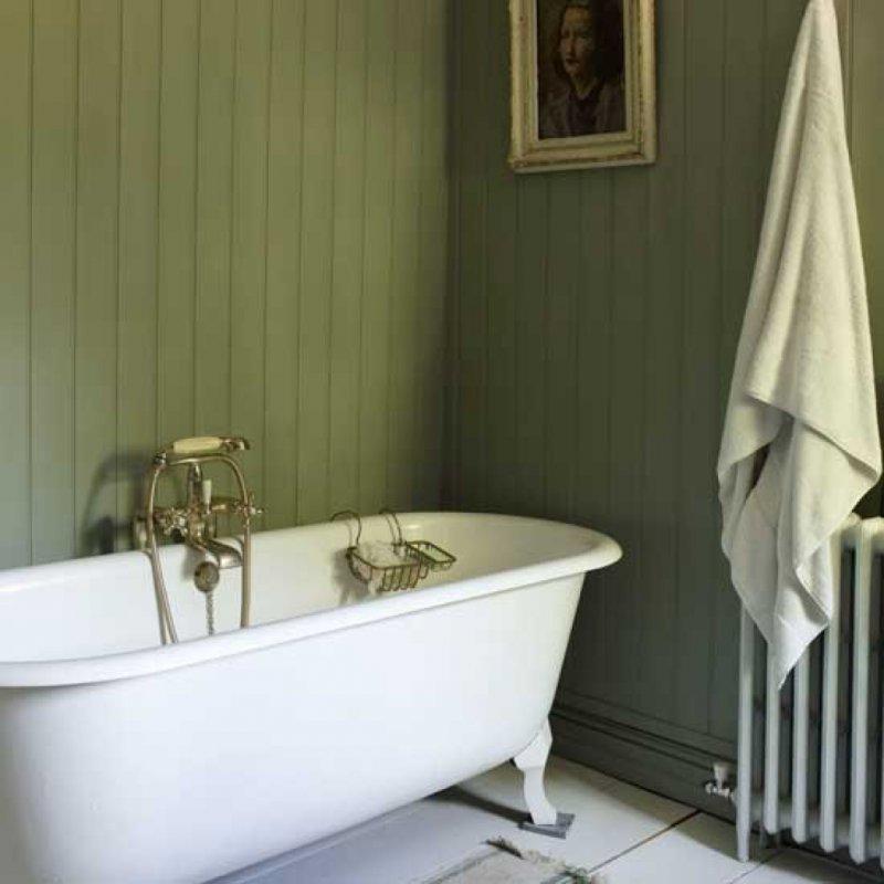 Зеленая ПВХ-вагонка на стене ванной комнаты