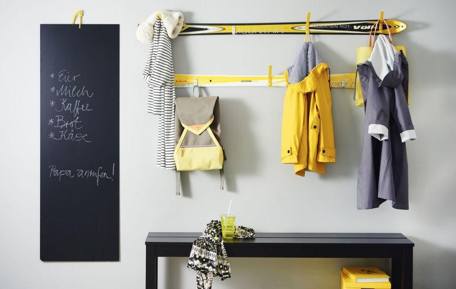 Оригинальная вешалка для одежды на стене коридора