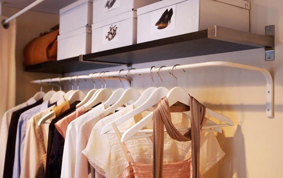 Женская одежда на металлической вешалке в гардеробной