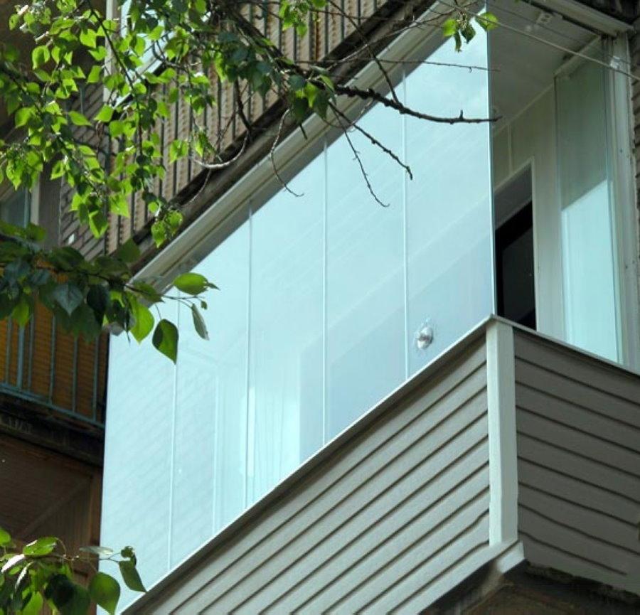 Вид на балкон с панорамным остеклением со стороны улицы