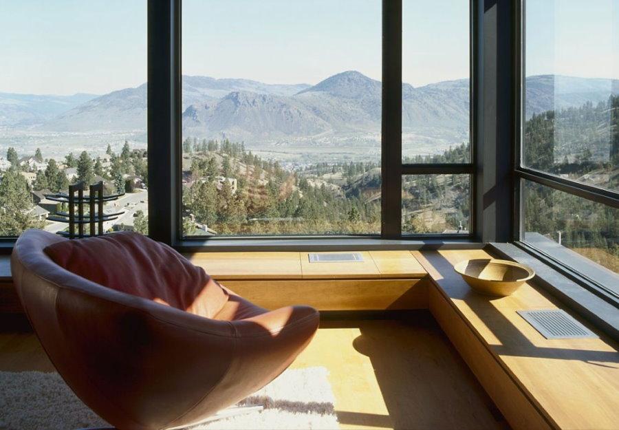 Вид с балкона сквозь большие панорамные окна
