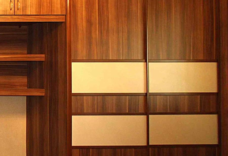Вставки из ДВП на фасаде встроенного шкафа