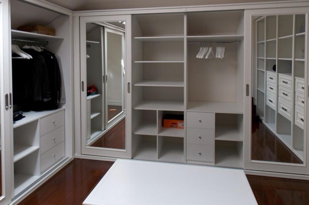Встроенные полки и шкафы в гардеробной комнате
