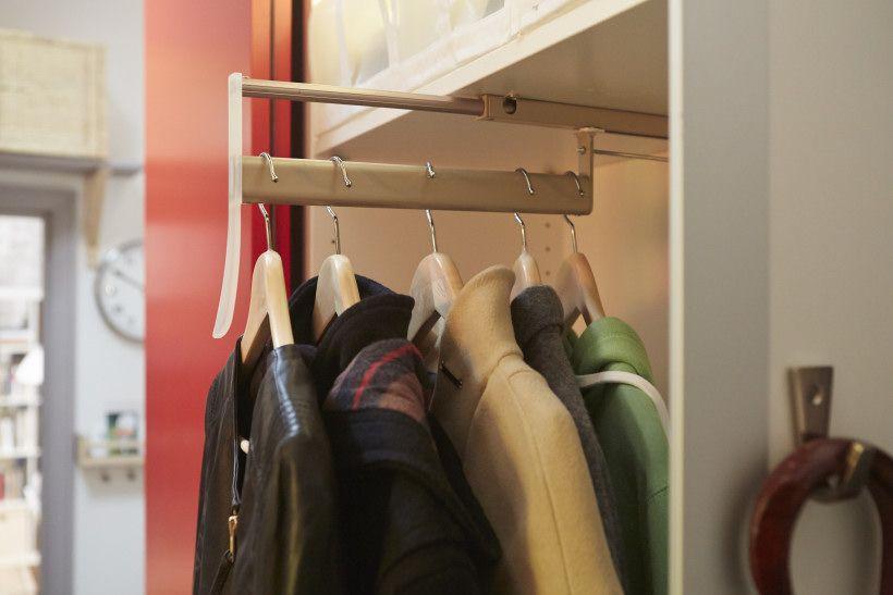 Выдвижная штанга в шкафу купейного типа
