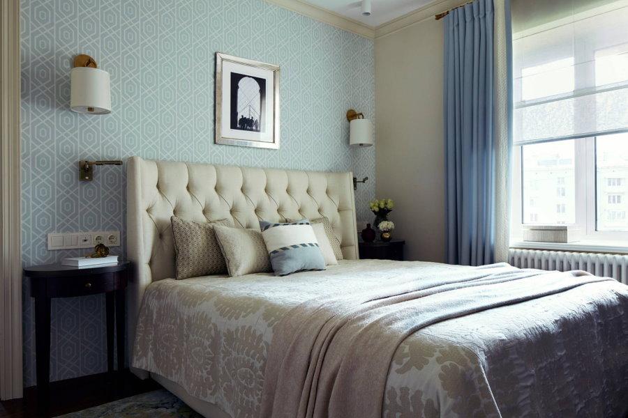 Удобная кровать в спальне небольшой площади