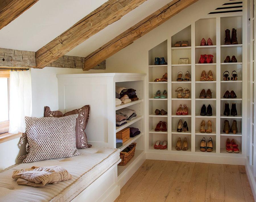Ячеистый стеллаж для хранения обуви в мансарде