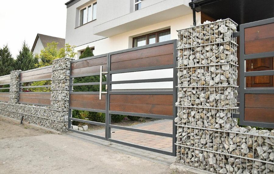 Красивый забор в стиле модерн на загородном участке