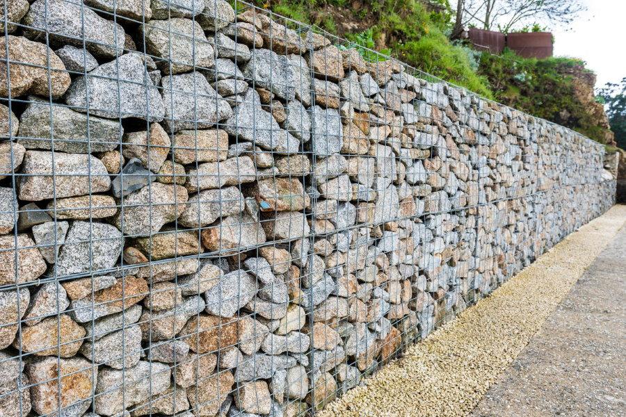 Глухой забор из габионов с каменным наполнением